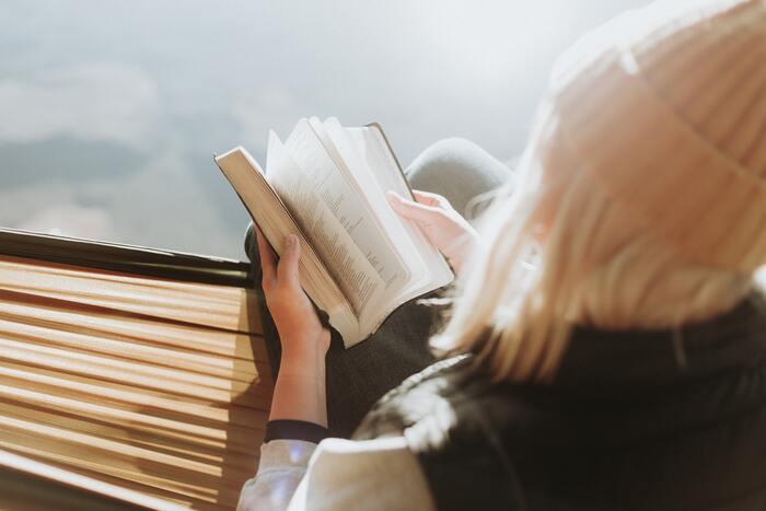 忙しい日常を過ごしているからこそ、新鮮な空気のなかでゆっくりと読書をする時間が最上の贅沢に感じられるはず。普段は響かない言葉も、素直に心にスーッと入ってきます。