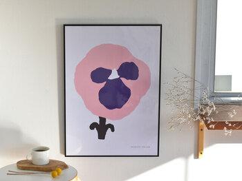 """フィンランドのテキスタイルブランド「kauniste(カウニステ)」の、パンジーを描いたポスター""""Orvokki(オルヴォッキ)""""。背景はシンプルな白地で、ピンク×ブルーのパンジーを大きく大胆に描いているのが特徴です。ナチュラルやシンプルをイメージしたお部屋に、ぜひおすすめの一枚。カラーはブルーとイエローの2色展開です。"""