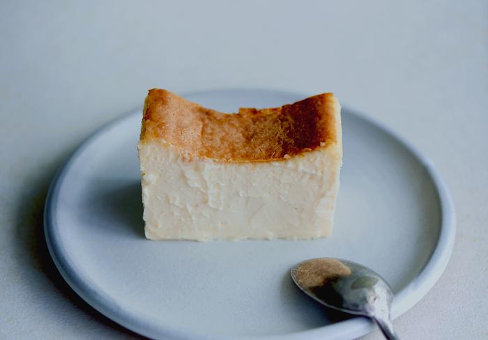 「Mr. CHEESECAKE」の魅力は、温度によって味や香りの変化を楽しめるところです。まずは冷凍状態で、アイスケーキのような味や食感を楽しんでみましょう*チーズケーキの酸味が引き立つので、熱いコーヒーなどと一緒に食べると相性抜群です♪