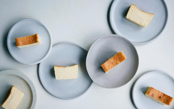 """今回ご紹介するのは、""""人生最高のチーズケーキ""""と話題の「Mr. CHEESECAKE(ミスターチーズケーキ)」。バニラ、レモン、トンカ豆の甘く爽やかな香りと、上はベイクドチーズケーキ、中はレアチーズケーキという二つの食感を一度に楽しめる、今話題のチーズケーキです。"""