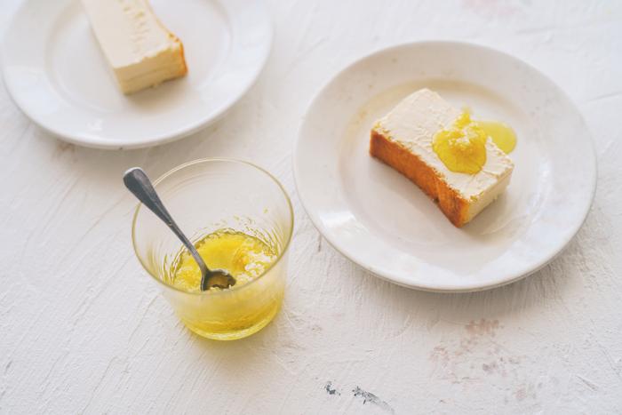 まずは、オリーブオイル、削ったレモンの皮、塩のそれぞれを一つずつチーズケーキと組み合わせた味を楽しんでみてください。そのあと全てを一緒にかけて味わいます。自分好みのバランスを見つけるのが楽しい、贅沢なアレンジです◎