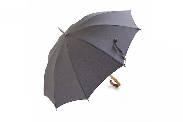 シンプルで長く使い続けられる日傘です。コットンでできており、UV&撥水加工がされているので、晴れの日も雨の日も使えます。竹や樫の木でできた持ち手は、温かみがあって手に馴染みますよ。