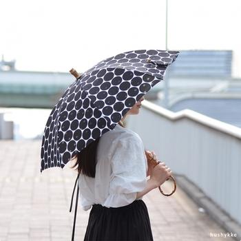 大きな水玉が目を引く日傘。よく見ると透かし模様が入っていて、細部までこだわりを感じます。コーディネートに可愛さがプラスされて、気分がふわっと上がりそう♪