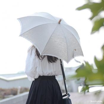 リネン100%の涼しげな日傘。リネンは熱を発散させるので、暑い夏に頼もしい相棒となります。長傘はふちにカラーのラインが入っていて、良いアクセントに。ブルーとレッドの2色から選べます。