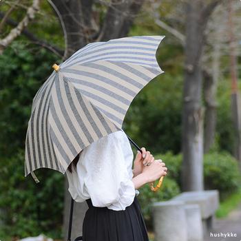 こちらもリネン生地の日傘。ストライプ柄が海辺のパラソルのようで、夏らしいですね。カラーはブラック、グレー、ベージュの3色です。
