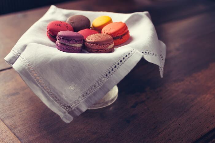 マカロンといえば、フランスのお菓子というイメージを抱く方も多いのではないでしょうか。実は、マカロンの発祥の地はイタリアなんです。アーモンドを使って作る「アマレッティ」というイタリアの伝統菓子が、マカロンの原型といわれています。  マカロンの間にガナッシュを挟む方法は、1862年にフランスのパリで創業した「ラデュレ(Ladurée)」というお店が考案したのだそう。今でも伝統の味わいが受け継がれていて、色とりどりのうっとりするほどお洒落なマカロンを提供しています。