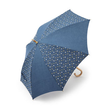 無地と柄が交互に配置されたおしゃれな日傘。植物やクモの糸に付いたしずくが輝く様子をイメージしてデザインされました。柄は刺繍されているので、立体的に見えます。写真の紺は、約98%と一番UVカット率が高いのが魅力。