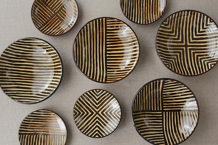 柄は4種類あり、太かったり細かったりする味わいのある手描きの平行にひかれた線を、色々な角度で組み合わせ、それぞれ個性を演出しています。組み合わせ方により、さまざまな表情を見せてくれる器ですが、柄違いで揃えても統一感がありしっくり馴染みます。