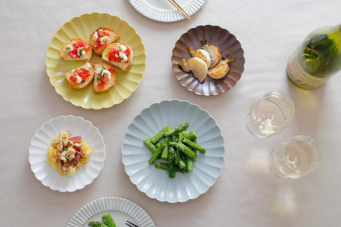 和食を盛りつければ菊の花のように見えますが、洋食を盛りつければ日本で「フランス菊」と呼ばれることもあるマーガレットの花のようにも見える可憐なお皿。和洋どちらの料理も美しく演出してくれます。