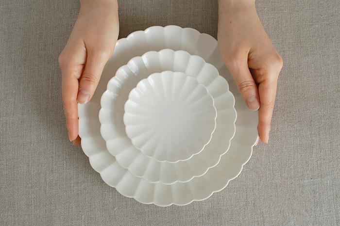 気になるサイズは3種類あり、メインのおかずに最適な約φ186×H28mmの「中皿」、取り分け用に便利な約φ140×H25mmの「取り皿」。ちょっとしたおつまや、パンのバター入れなどに使える約φ95×H18mmの「小皿」。どのカラーもどのサイズも使い勝手がよく、色違いやサイズ違いで購入してもちゃんと統一感がでるのも◎。