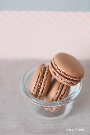 なじみやすいフレーバー、チョコレート味のマカロンです。材料はシンプルなので、挑戦しやすいレシピ。チョコレートではなくココアを使うので扱いやすいでしょう。生地に入れるココアは粉糖と一緒にふるっておきます。中に挟むクリームは、ココアと粉糖、バターの3つを混ぜればOK♪