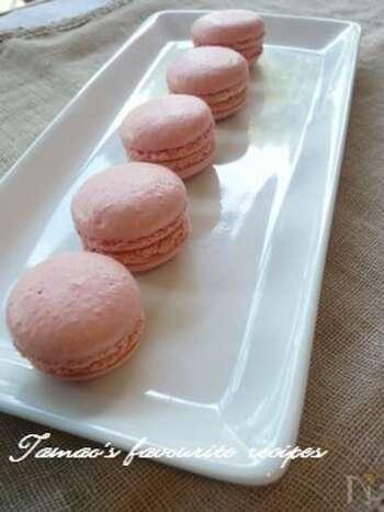マカロンといえばピンク!を思い浮かべることもあるでしょう。こちらは色だけじゃなく、ラズベリーの味わいも堪能できます。生地は色素で色付け。中には市販のラズベリージャムを挟んでいます。コクが欲しいときはバタークリームをプラスしても◎ このレシピは、水とグラニュー糖をお鍋で火にかけてからメレンゲに加えて泡立てるイタリアンメレンゲで作っているのが特徴です。