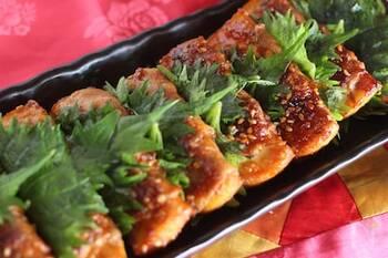 厚揚げは、お弁当のおかずにも活用できます。こちらは、厚揚げを豚肉で巻いたものを、ピリ辛に味付けしたレシピです。大葉の香りが加わり、ご飯にぴったりの一品です。