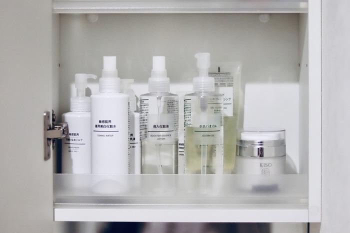 そして、すぐに「化粧水+乳液(または美容液)」を顔のお肌につけてくださいね。  重要なのは、「化粧水だけ」にしないこと。化粧水だけでは、肌に塗ったあと蒸発してしまいます。その後に「乳液」を塗ることで、化粧水のうるおいを閉じ込めてくれるのです。お肌の乾燥を防ぐために「乳液(または美容液)」は必要ですよ。