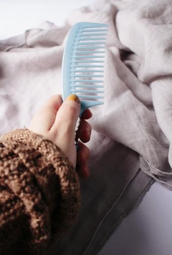 アウトバストリートメントを使っている人も、ダメージを感じやすい「毛先」だけに使用していることが多いもの。でも、ここはぜひ髪全体に広げてあげると、効果がUPしますよ♪  仕上りが重くなったり、ムラになったりするのが気になるなら、目が粗いコームで軽くとかしながら伸ばしてあげるのが◎。  特に、くせ毛に悩む方は乾燥で広がりやすくなるもの…。お好みのテクスチャを選んで、それぞれのトリートメントの適量をつけることを心がけましょう。