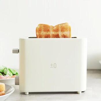 ダイニングテーブルに置けるコンパクトなトースターなら、「焼き立て」を味わうことができます。こちらはアンジェのポップアップトースター。1枚焼きなので最小限のスペースで置けるのが魅力です。  チン♪となったら、アツアツのトーストを瞬時に口に運ぶ。最もおいしいタイミングで食べられます。