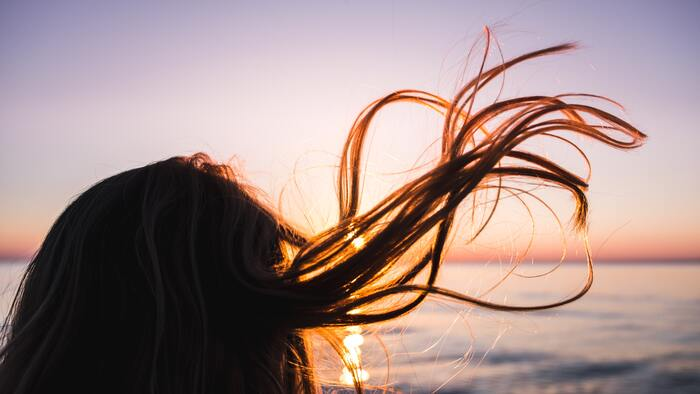 ついしっかり乾かそうとしすぎるあまり、やってしまいがちなのが・・・「乾かしすぎ」。髪に必要な水分まで奪ってしまう要因になります。  ある程度乾いてきたと思ったら、風を「冷風」に切り替えてみましょう。冷風を当てて「冷たい」と感じなくなったら、きちんと乾いているサイン。  最後に1分ほど全体に冷風を当てると、キューティクルが引き締まり、ツヤサラの仕上がりになりますよ♪