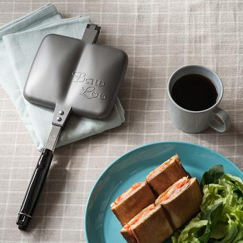 食パンに好きな具材を挟んで、プレス!  ホットサンドメーカーなら、食パンとお好みの具材で栄養たっぷりの朝食の完成。レタス、トマト、卵、ハム、ソーセージ…など、それぞれの食材のうまみが集結◎  こちらはBaw Looのホットサンドメーカー(ダブルタイプ)。中央のくぼみで、焼き上がりのパンに折り目をつけ、カットしやすくなるので手で分けることもできます。ひとりはもちろん、シェアして色々な味を食べられるのも魅力ですね。