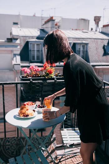 ベランダに太陽が差し込む時間合わせて、ドリンクとパンと果物を持ってゆったりと。太陽の光を浴びて、からだも心もリフレッシュしましょう。