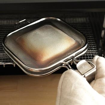 キッチンの備え付けグリルでも美味しくパンを焼けます。 そのまま焼いてももちろん良いのですが、ちょっとした道具を使うだけでもっと美味しく焼き上がります。  こちらはレイエのグリルホットサンドメッシュ。パンに好きな具材を挟んで、メッシュに入れて焼きます。外はサクサク、中はふっくら。そして耳はほぼ平らにつぶれてカリッと仕上がるんです。