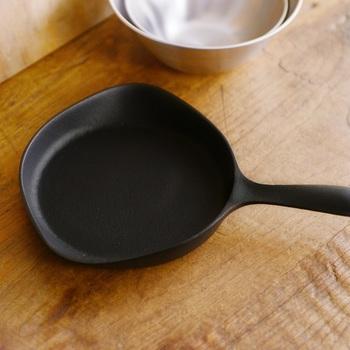 ミニパンやスキレットなら、小ぶりなサイズなので洗うのも楽チン。パンを焼いたらそのままテーブルへ運べるので、熱々の焼きたてパンをが味わえます。   こちらのスキレットはオーブンの天板代わりにも使えるので、自分で手作りパンを焼くときにも活用できますよ!