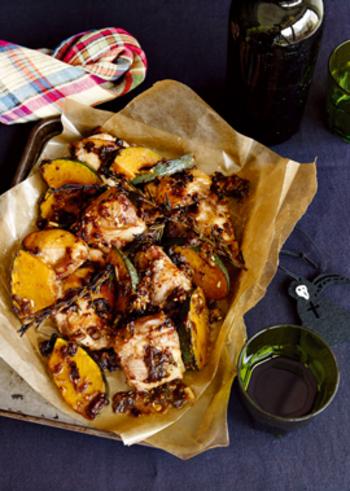 タイムとローズマリー、調味料をお肉に漬けて焼くだけのシンプルな一品。かぼちゃにも良い香りが移って食べ応えのあるメイン料理になります。焼いてる良い匂いもごちそうになりますね。