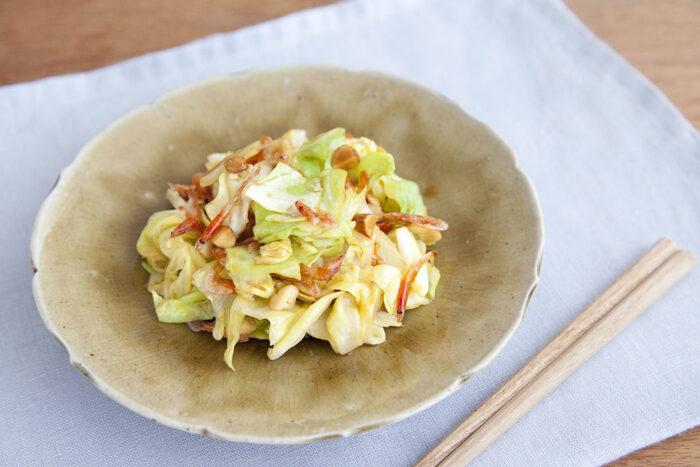 甘くて柔らかい春キャベツの美味しさを存分に楽しめるナムルのレシピ。桜海老とナッツの香ばしさが食欲を大いに刺激します。