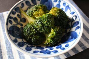 栄養豊富なブロッコリーは人気の野菜。ちょっと濃いめに味をつけて常備菜にしておけば、普段のおかずはもちろんお弁当の隙間に入れたりもできるので便利です。