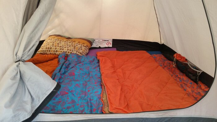 キャンプに欠かすことができないのが「寝袋」ですが、一言に寝袋と言っても値段もタイプもさまざまで、キャンプ初心者の方にとっては選ぶのが難しいアイテムです。どの季節に使うのか、夏用、3シーズン用、オールマイティー用の3パターンを目安に選んでみるといいでしょう。