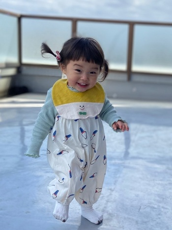 たまご型のスタイは、いわゆる一般的なスタイのかたちのひとつで、赤ちゃんの襟元から胸にかけてたまごのような丸いかたちをしたものです。首の後ろでスナップやテープで留めるかたちになっています。汚れを受ける面が広いので、実用的なスタイであるといえます。