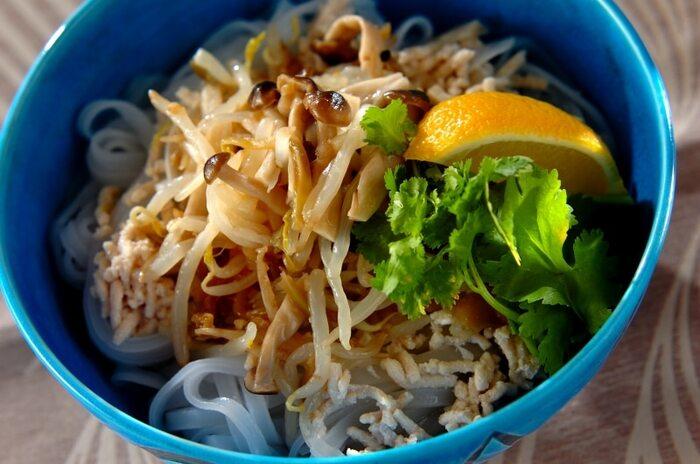 作り置きしておいたナムルをトッピングした野菜たっぷりでヘルシーなフォー。こちらはモヤシ&ザーサイのナムルを使ったレシピ。歯ごたえある食感とエスニックな味わいがフォーにぴったりです。