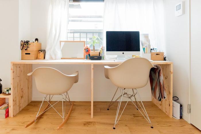 パソコンデスクを兼ねたカウンターテーブルの片側に、鏡とメイク用品を並べて。二人暮らしでどちらもパソコンデスクが必要な場合は、こんな使い方もアリですね。