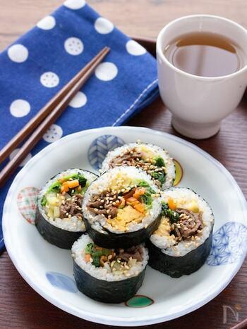 韓国のお弁当の定番!キンパ。具沢山で彩りがきれいな海苔巻きは、子どもにも大人気。ナムルが入っているので野菜もしっかり取れて、栄養バランスが良いというのも魅力的です。