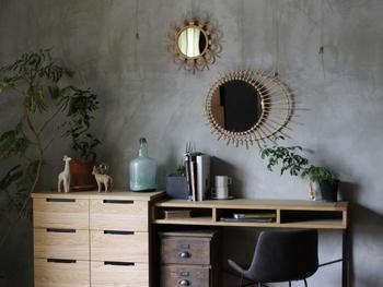 デザイン性の高い鏡なら、インテリアのアクセントにもなりますね。奥行きを感じさせてお部屋を広く見せてくれる効果もあり、一石二鳥です。