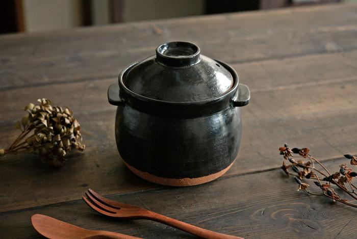 土鍋はコンロやIHにかけて焼くだけでなく、オーブンに入れて使うこともできます。 パン生地を土鍋にいれたらフタをせずにオーブンで焼くと、モコっと可愛いフォルムのパンが焼けます。  小さめの土鍋をつかって、コロンと食べきれるサイズのパンを焼くのもおいしそうですね。