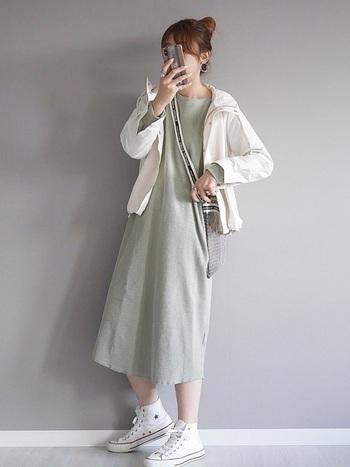 ミントグリーンのワンピースにホワイトのブルゾンを合わせたスタイリング。ミントグリーン×ホワイトは相性の良い組み合わせ。バイカラーでまとめるとミニマルでスマートな印象を与える大人カジュアルコーデが完成します。PVCバッグを合わせれば、一気に夏ムードがアップ!