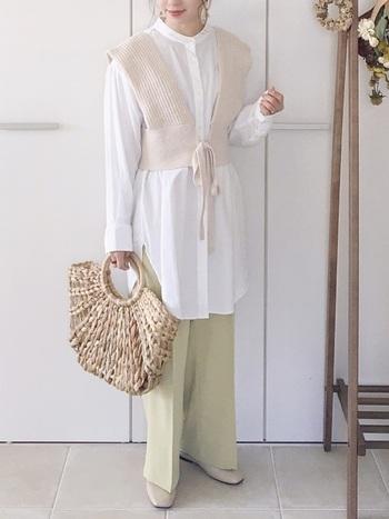 ロング丈の白シャツにイエローのパンツを合わせたスタイリングです。ユニークなシルエットのベストをレイヤードすると、周りと差がつくこなれ感のあるルックにアップデートが可能。カゴバッグを持てば、夏らしい涼しげな雰囲気に。