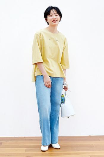 初めてイエローに挑戦する方は取り入れやすいTシャツをセレクト。ジーンズと合わせた王道スタイルを楽しんで。フラットシューズで足元は女性らしくしたり、スニーカーで全体に統一感を出したりするのがおすすめです。