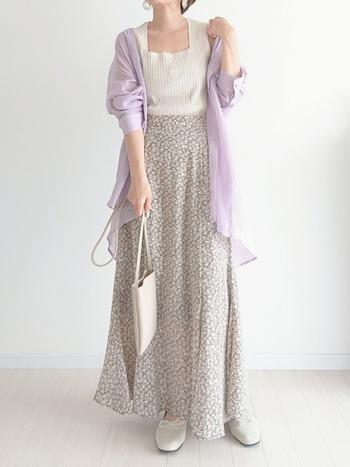 グレーの小花柄スカートなら、甘めなラベンダーカラーを合わせても品良く着こなせます。花柄アイテムは取り入れるだけで、春ムードを高めてくれるアイテム。季節感を演出したいときや、ガーリーなニュアンスをプラスしたいときには特に重宝します。