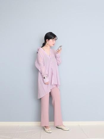 ラベンダーのシャツにくすみピンクのパンツを合わせたフェミニンなスタイリング。シャツはショルダーダウンさせることで、アンニュイな雰囲気をプラス。トップスがゆったりしている分、ボトムはすっきりしたパンツを組み合わせると、メリハリのあるコーディネートに。