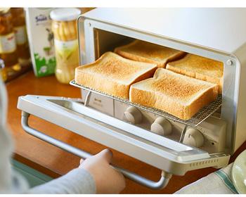 こちらは、「BRUNO crassy+」の4枚焼けるトースターです。忙しい朝でもまとめて焼けるので便利です。  スチーム機能もついているので、外はサクサク・中はふんわりした焼き上がりに。広々とした庫内ながらも、コンパクトで無駄のないスマートなデザインです。丸みを帯びたフォルムとクリーミーな色合いもおしゃれ♪
