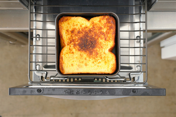 グリルに入れてトーストが焼ける、グリルパン。普通のトーストを焼くのにも使えますが、おすすめはフレンチトースト作りです。  こちらは、グリルパンとしても使える、家事問屋のフレンチバット。 牛乳・砂糖・卵などを混ぜた液をこのグリルパンに流し込みます。そのままパンを浸して、グリルにin!味は絶品、グリルが汚れない・洗い物が減るのも嬉しいポイントです。