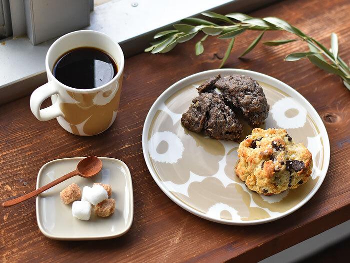 サイズ約φ20cm×H2cmと、使いやすいサイズと華やかながら落ち着きのあるデザインと色味が上品な、セラミックプレートは、モーニングのパン、ランチタイムのパスタやサラダ、ディナーのメインプレートなど和洋どんなお料理も引き立ち、デザートやスイーツのプレートにも最適で、お家でカフェ気分を味わえそう。