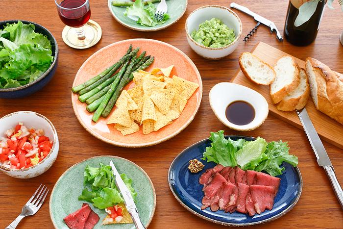 テーブルの上がパッと明るくなる、日本ではなかなかお目にかかれないカラーの数々。こちらの個性的なカラーが特徴のお皿は、メキシコで1920年に創業された陶磁器メーカー「ANFORA」の南国らしい色が魅力的な「プレート Cabo」。