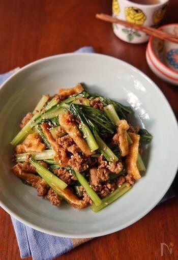 次は、油揚げを使ったレシピをご紹介します。油揚げは、炒めもののボリュームアップにも大活躍の食材。こちらのレシピでは、小松菜、ひき肉の炒めものに刻んだ油揚げを加えています。甘辛味で、どんどんご飯が進みそうです。丼にするのも美味しそうですね。