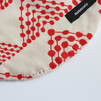 手縫いの場合は、最後に「仕上げステッチ」をかけて、強度を上げることもできます。  「仕上げステッチ」とは、仕上げの段階で表側から縫う見えても良いステッチのことで、わざと色糸を使い、アクセントのようにすることもできます。