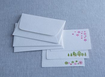 新緑の木々や紅葉、お花など、季節を感じられるイラストが入ったレターセットは、四季折々の便りを届けることができます。酒パックを再利用した手漉きの紙なので、温かい真心もきちんと伝えることができるはずです。