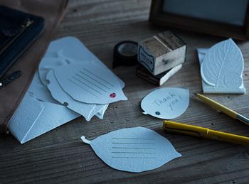 """お祝いや贈り物へのお礼には、幸せのお返しという意味を込めて""""幸せを運ぶ""""といわれているテントウムシが描かれたレターセットはいかがでしょう?葉っぱ型の便箋はナチュラルでかわいいですよね。"""