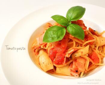 トマト缶を使って、たった10分で作れるトマトパスタです。仕上げに黒コショウとバジルを加えると、ピリッと香り豊かな風味に。冷蔵庫に余っている野菜やきのこをプラスしても◎