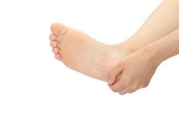 お風呂に浸かると血行が良くなるため、マッサージの効果をより高めることが可能です。特に足首には毒素が溜まっているため、手をグーにしてゴリゴリしたり、手で揉んだりして毒素を流すとむくみが解消できますよ。